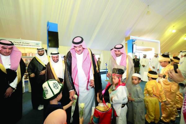 فيصل بن سلمان خلال افتتاح المعرض