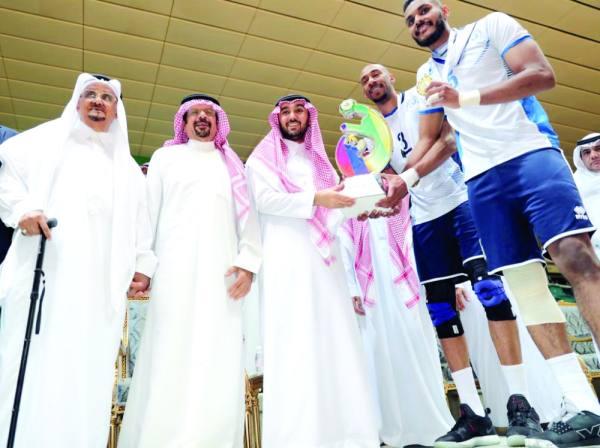 الأمير عبدالعزيز بن تركي يسلم قائد الهلال البخيت كأس البطولة