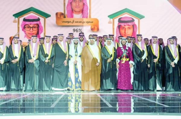 نائب أمير الرياض وسط الخريجين