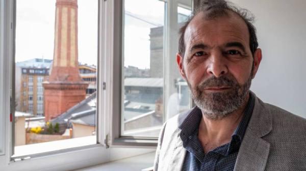 المحامي السوري المعارض أنور البني في مكتبه في برلين
