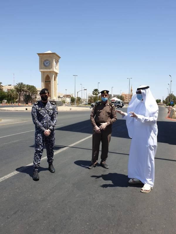 محافظ أملج يتابع ميدانياً تطبيق الأجراءات الأحترازية ويهنئ رجال الأمن بالعيد