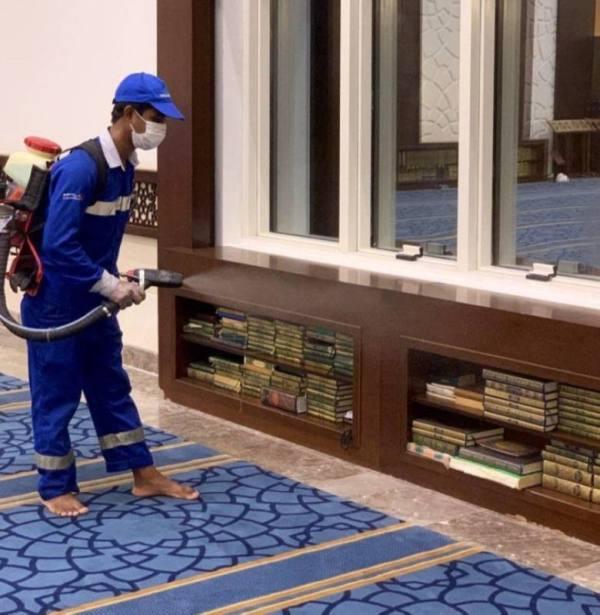 تعقيم 69 جامع في مكة المكرمة استعدادا لاستقبال المصلين
