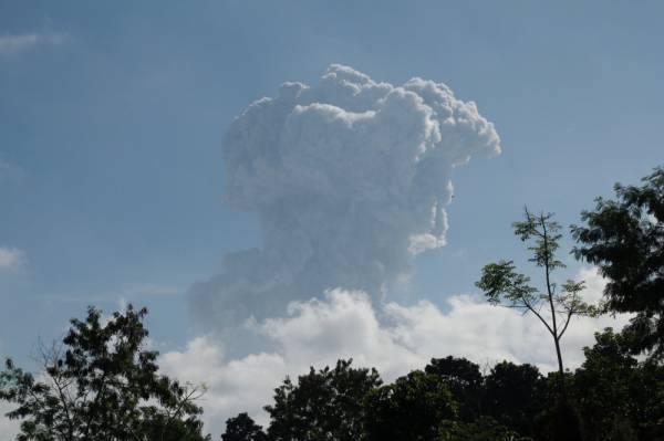 إندونيسيا : بركان ميرابي يقذف رمادا على ارتفاع ستة الآف متر