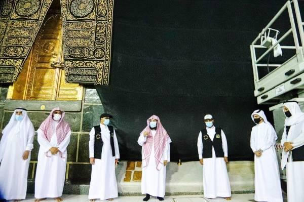 السديس يتابع الاستعدادات لرفع ثوب الكعبة المشرفة ويقف على جاهزية باب الملك عبدالعزيز