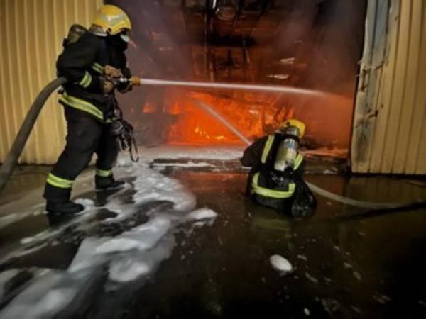 إخماد حريق اندلع بمستودع للأثاث بمكة ولا إصابات