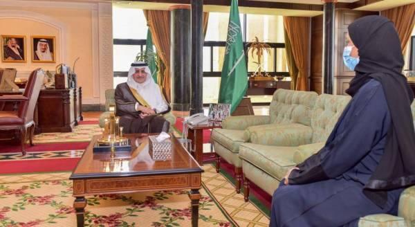 أمير تبوك يلتقي أول سيدة تشغل أمين مجلس منطقة على مستوى المملكة