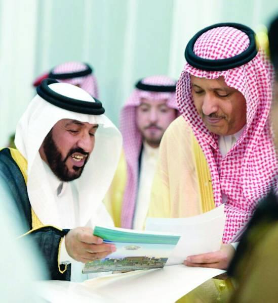 الأمير حسام بن سعود ورئيس أدبي الباحة خلال تدشين المرحلة الإعدادية للملتقى