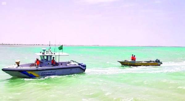 إنقاذ مواطنين تعطّل قاربُهما في عرض البحر