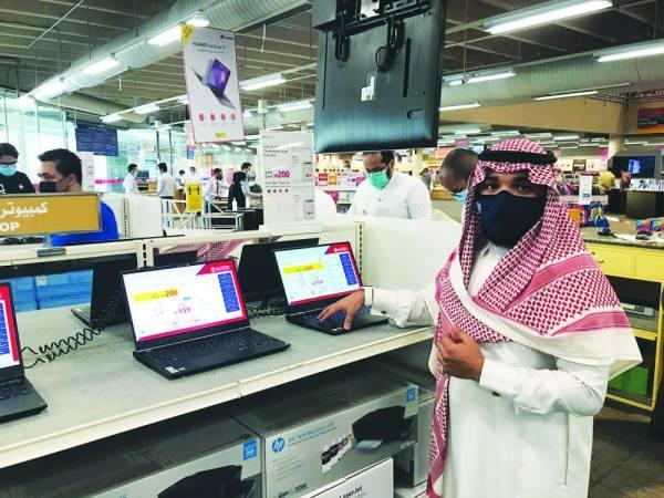 مسؤول في خدمة العملاء يستعرض مواصفات اجهزة اللابتوبات
