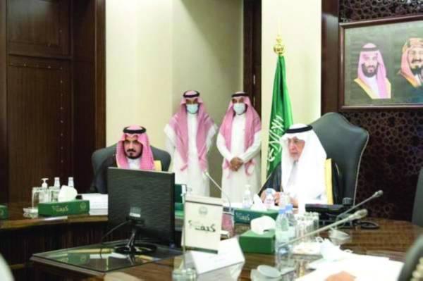 خالد الفيصل مترئسا الاجتماع وبجواره نائبه