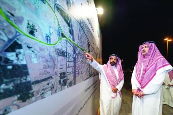 فيصل بن سلمان يطلع على التصاميم والمخططات