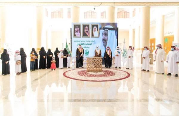 أمير الباحة يسلم دفعة من وحدات الإسكان التنموي لمستفيدي الجمعيات الخيرية
