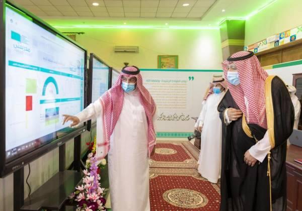 أمير الباحة يشارك طلاب المنطقة دروسهم اليومية افتراضياً