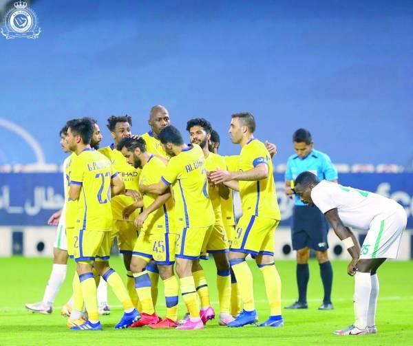 لاعبو النصر يهنئون عبدالفتاح بهدفه وسط حسرة معتز
