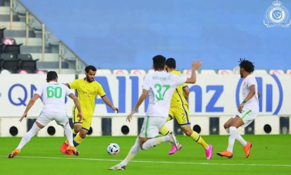 عبدالفتاح عسيري وسط حصار أهلاوي في مباراة أمس الأول