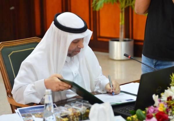د.اليوبي خلال التوقيع