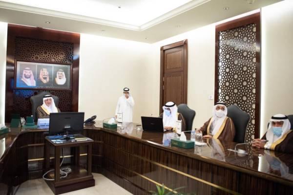 الفيصل يناقش خطط التعليم الافتراضي مع مديري إدارات المنطقة