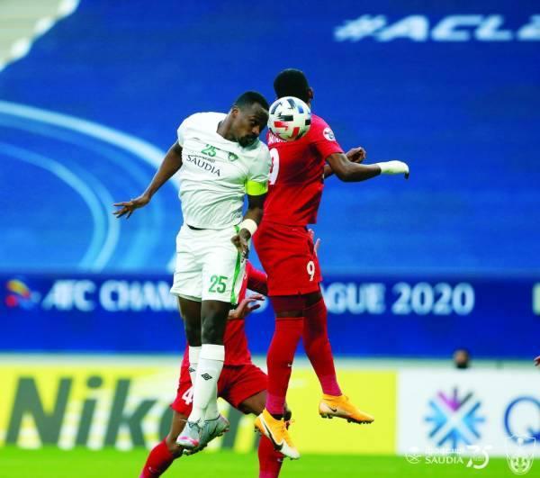 هوساوي يبعد الكرة برأسه أمام شباب اهلي دبي