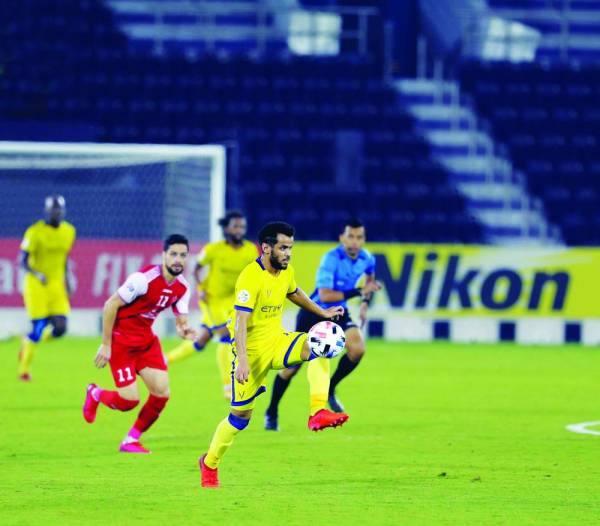 عبدالفتاح عسيري يروض الكرة في مباراة بيرسبوليس السبت الماضي