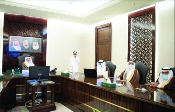 أمير مكة خلال ترؤسه الاجتماع