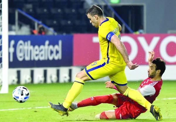 حمدالله يحاول المرور من مدافع بيرسبوليس في مباراة السبت الماضي