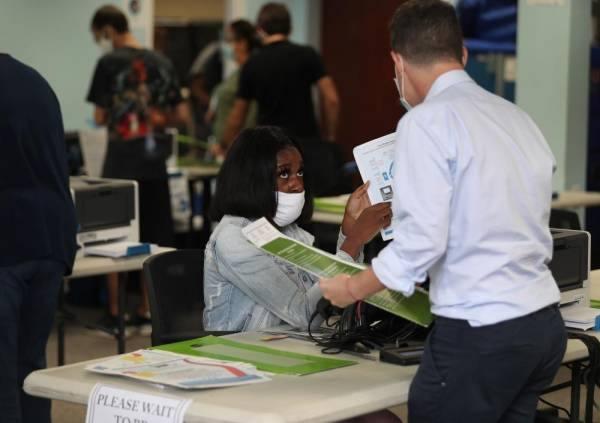 بدء التصويت المبكر في فلوريدا حيث يتقارب ترامب وبايدن بنسب التأييد