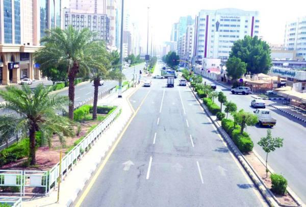 الشارع الرئيس الذي يقع بين المدرستين الحالية والجديدة