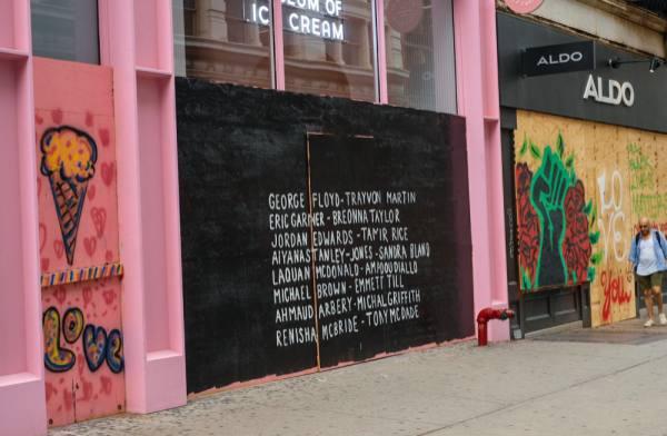 نيويورك : أعمال فنية تزيّن واجهات المتاجر الفارغة
