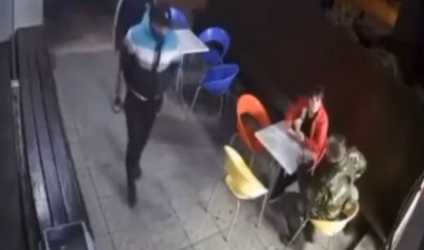 شرطي يتبادل اطلاق النار مع لصين.. وابنه منشغل بـ آيس كريم