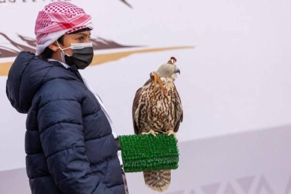 نادي الصقور السعودي يهدي طفلة صقراً