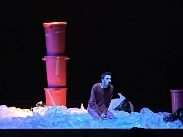 لقطة من مسرحية «وأسفح وجهي»