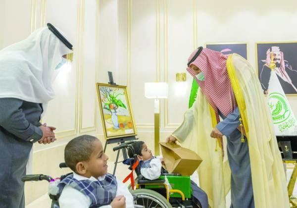 الأمير حسام يداعب الأطفال ذوي الإعاقة