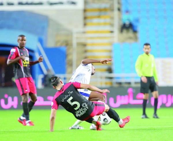 صراع على الكرة بين لاعبي الرائد والهلال تحت أنظار البلوي أمس الأول