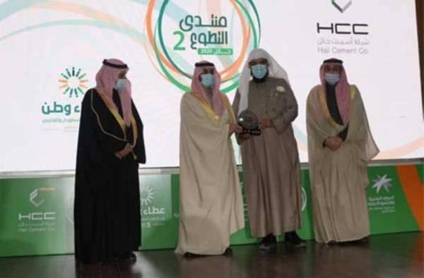 نائب أمير حائل يسلم تكريم وزارة الموارد البشرية والتنمية الاجتماعية لجود حائل