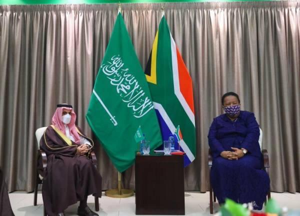 وزير الخارجية يبحث العلاقات الثنائية مع نظيرته الجنوب إفريقية