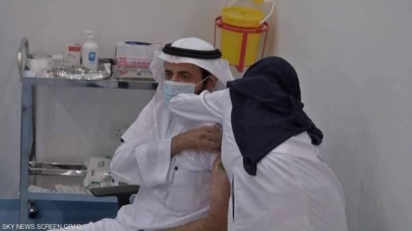الدكتور الربيعة يتلقى أول جرعة من لقاح كورونا
