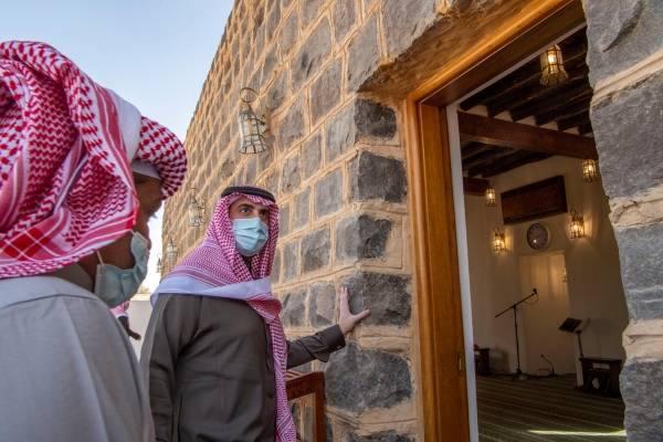 أمير الجوف يزور مسجد العيساوية التاريخي بعد تأهيله