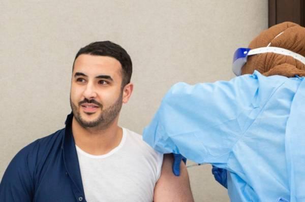 الأمير خالد بن سلمان يتلقى الجرعة الأولى من لقاح كورونا