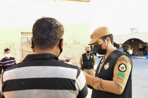 الجهات الأمنية بجدة وتبوك تتابعان تطبيق الإجراءات الاحترازية