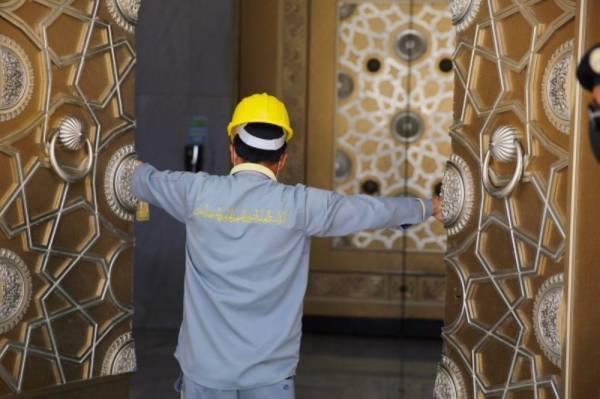 صيانة 150 باباً في المسجد الحرام