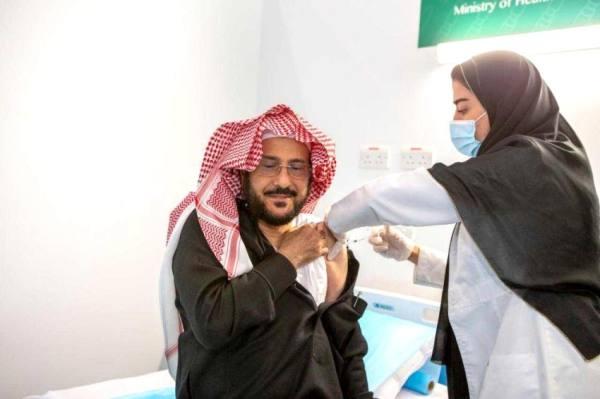 الوزير أثناء تلقيه اللقاح
