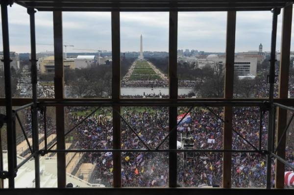 فوضى في واشنطن.. وزراء يبحثون تنحية ترامب
