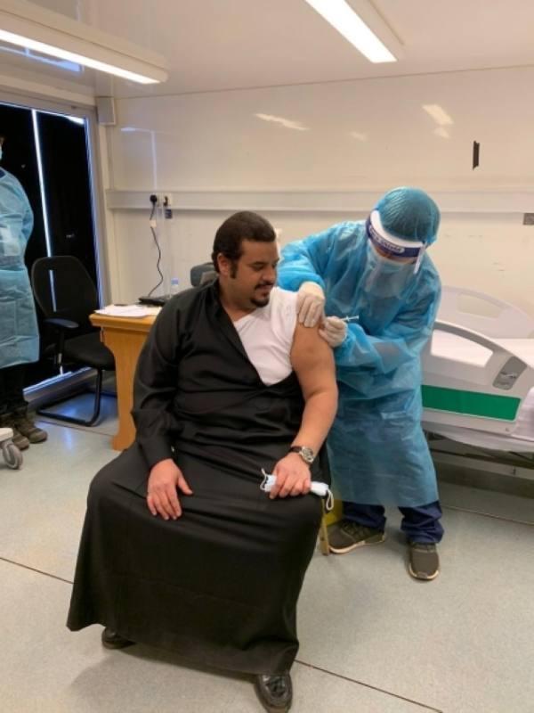 نائب أمير الرياض يتلقى الجرعة الأولى من لقاح كورونا