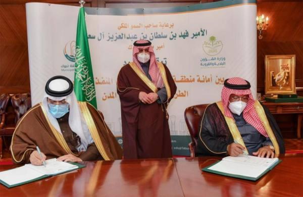 أمير تبوك يشهد توقيع عقود إنشاء واستكمال مشاريع خدمية وأنسنة المدن