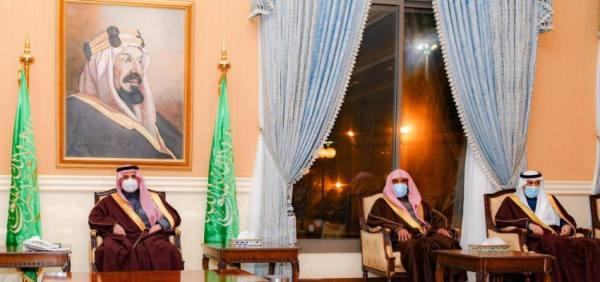 أمير تبوك يلتقي رؤساء المحاكم والمواطنين ومديري الإدارات في اللقاء الأسبوعي