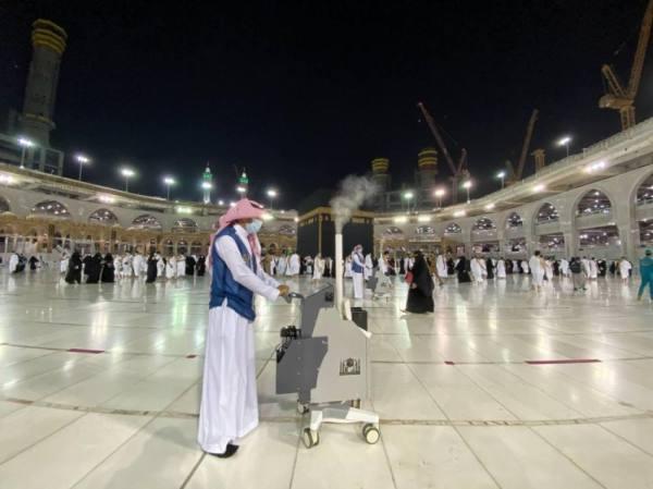 20 جهازًا لتعقيم الأجواء والأسطح في المسجد الحرام