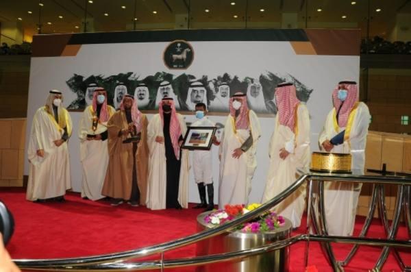 أمير الشرقية يسلم كأس الأمير نايف للأسطبل الأحمر في مهرجان كؤوس الملوك