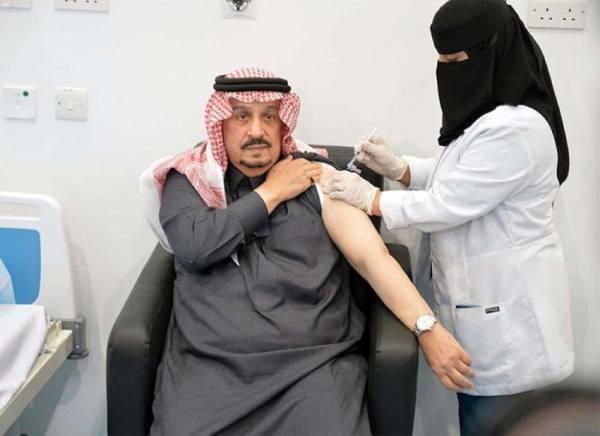 أمير الرياض يتلقى لقاح كورونا ويتفقد مركز استقبال المتقدمين على اللقاح