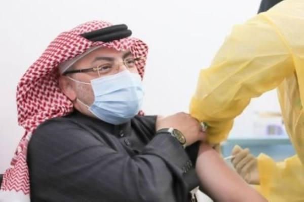 د.اليماني أثناء تلقي اللقاح