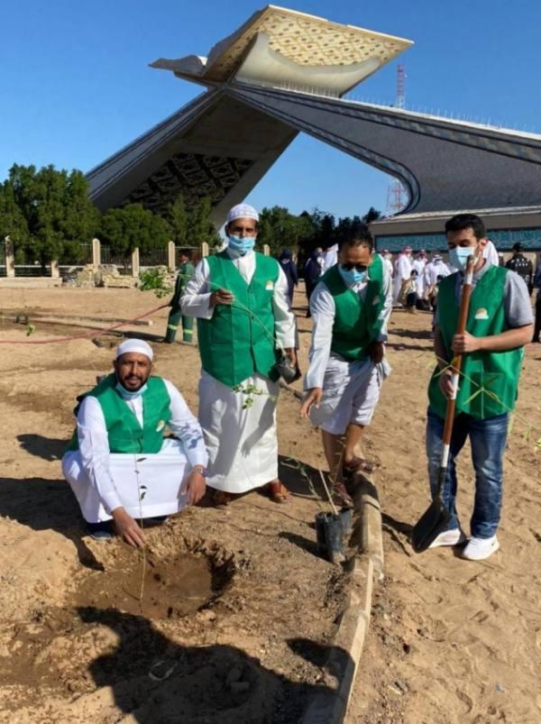 متطوعو بر جدة يشاركون تشجير بوابة مكة